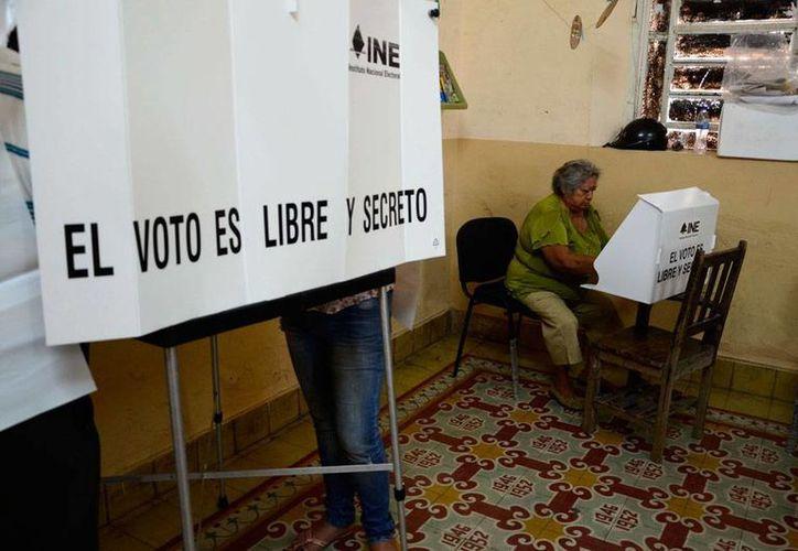 Pasadas las tres de la tarde, el Ieapac había recibido unas 130 quejas de partidos políticos. En la imagen, un ciudadano vota en una casilla. La foto es de contexto. (Cuauhtémoc Moreno/SIPSE)