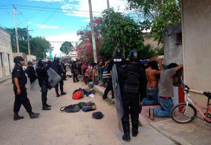 Un ciudadano de Temax está acusado de doble homicidio, por la muerte de 2 personas durante la jornada electoral del domingo 7 de junio. En la imagen, policías catean a varias personas el día de la tragedia. (SIPSE)