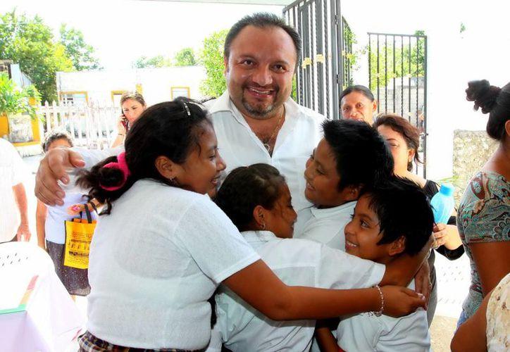 Niños reciben al diputado Francisco Torres Rivas en San Antonio Kaua III. (Milenio Novedades)
