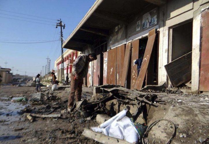 Mueren 25 terroristas de Al Qaeda cuando preparaban un camión bomba en Irak. En la imagen, un iraquí inspecciona los daños causados por la explosión de un coche bomba en la localidad de Tuz Khormato, en la provincia de Saladin (Irak) hoy, lunes 6 de enero de 2014.  (Efe/Archivo)