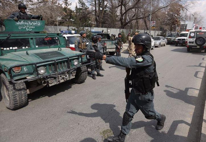 Las fuerzas de seguridad inspeccionan el lugar del ataque que se realizó en un hospital militar en Kabul, Afganistán. (AP/Rahmat Gul)