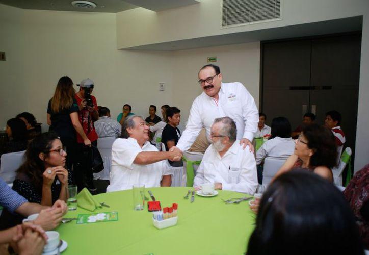 Más promoción, pero mejor el ejemplo para crear afición por los libros, subraya el político yucateco. (Milenio Novedades)