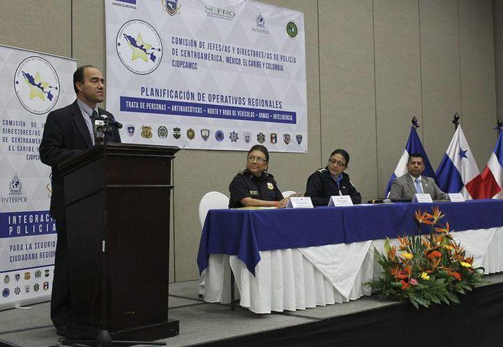 Foto cedida por el Sistema de la Integración Centroamericana, que muestra a la Comisión de Jefes y Directores de Policía de Centroamérica, México, el Caribe y Colombia, durante una reunión estratégica, en San Salvador. (EFE)