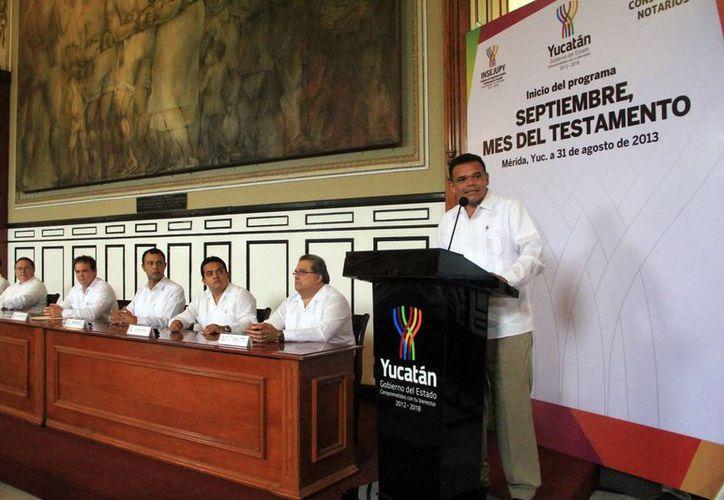 Zapata Bello destacó las opciones y facilidades para que la ciudadanía pueda tramitar el documento. (José Acosta/SIPSE)