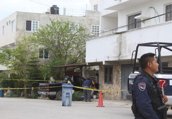 El personal forense acudió para realizar el levantamiento del cuerpo. (Sara Cauich/SIPSE)