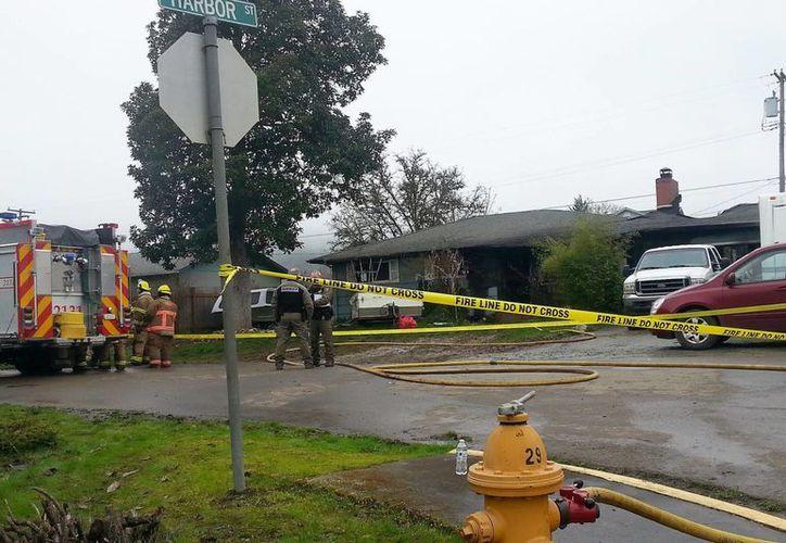 Bomberos y la policía acudieron al rescate de numerosos heridos y muertos en el incendio de una casa en Riddle, Oregón, este miércoles. (Chelsea Duncan / The News-Review vía AP)