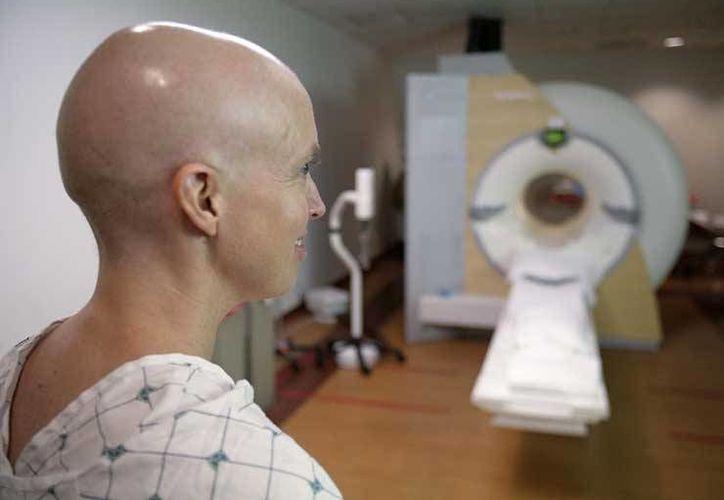 En el Hraepy, el 70 por ciento de los pacientes llegan en etapas avanzadas y 30 por ciento en etapas que se pueden operar. Imagen de una mujer que se someterá a un tratamiento oncológico. (Archivo/Agencias)
