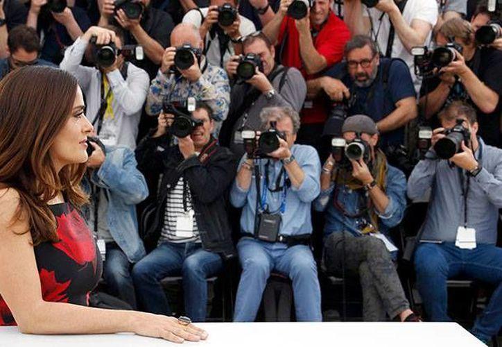 Salma Hayek posó feliz con decenas de fotógrafos en el Festival de Cannes tras la exhibición de la película 'The Tale of Tales', donde actúa. (excelsior.com.mx)