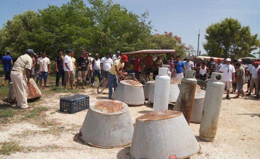 Integrantes de la Unión de Pescadores de Celestún mostraron las artes de pesca de pepino de mar que le han han 'decomisado' a pescadores furtivos. (Milenio Novedades)