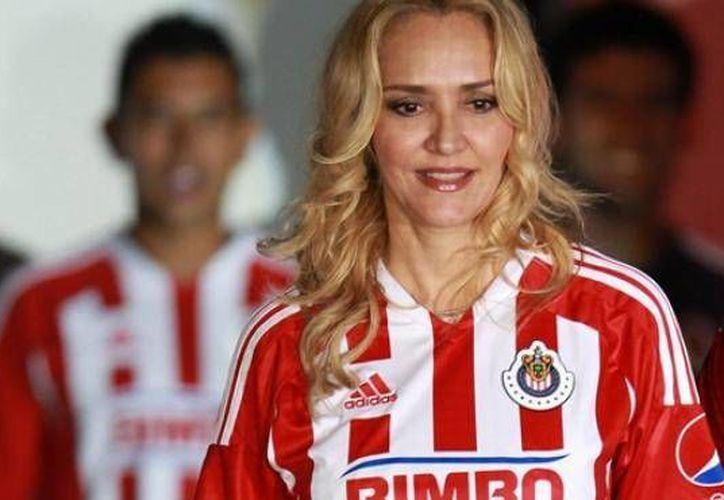 A unos días de la destitución de Angélica Fuentes como directora ejecutiva de Omnilife, las Chivas ganaron a León y se colocaron en el liderato de la Liga MX. (contraparte.mx)