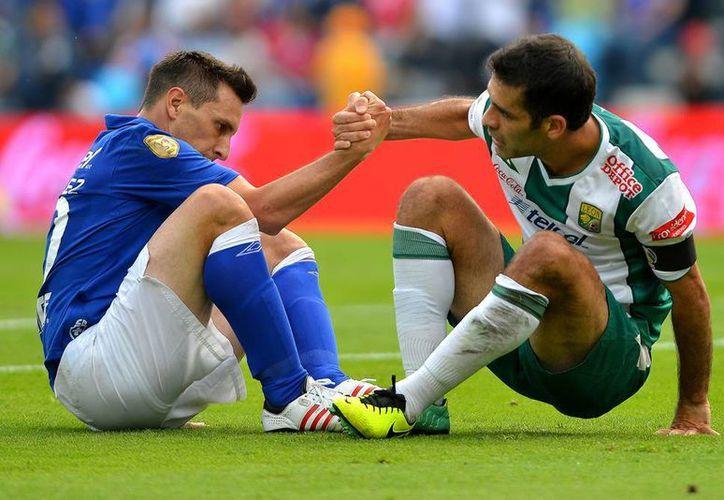 Dos seleccionados mexicanos se vieron las caras ayer: Chaco Jiménez y Rafael Márquez. Ganó el argentino. (Agencias)