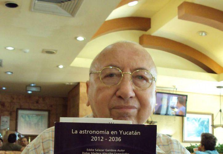 Eddie Salazar Gamboa es autor del libro La astronomía en Yucatán: 2012-2036, que expone los principales fenómenos astronómicos que se registrarán en un lapso de 25 años. (Ana Hernández/SIPSE)