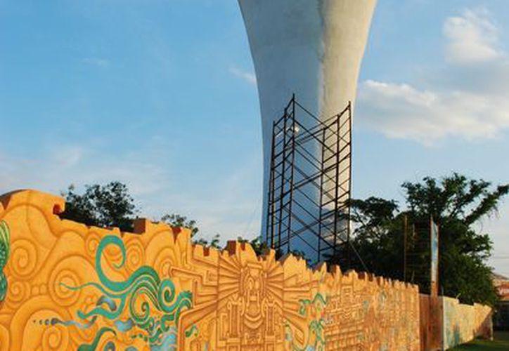 Otoniel Sala Castro es el autor del mural de la Copa de Aguakán. (Tomás Álvarez/SIPSE)