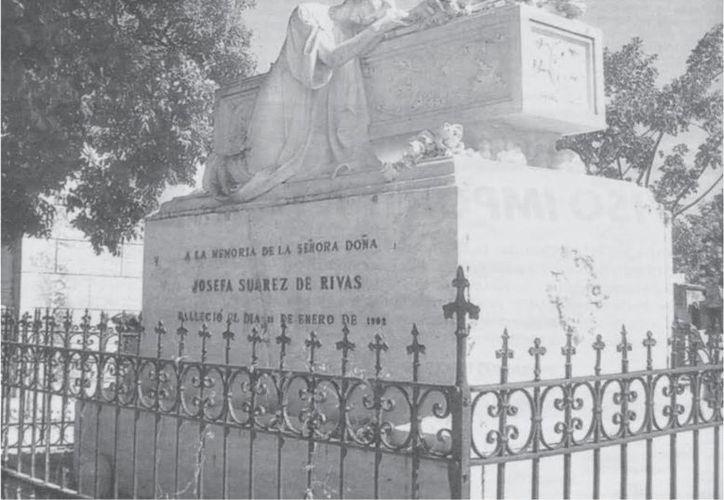 Mausoleo de la señora Josefa Suarez en el Cementerio General de Mérida, en foto tomada antes de que familiares profanen el sitio y se lleven todo, hasta su cadáver. (Jorge Moreno/SIPSE)