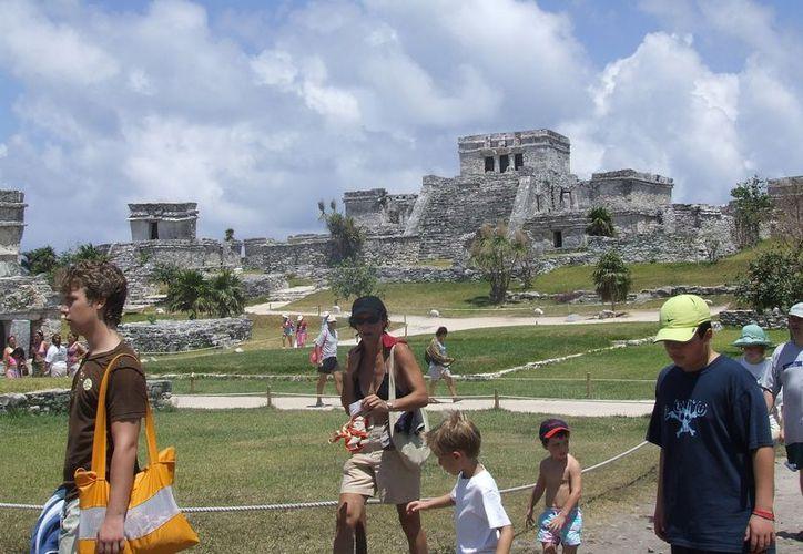 Paulatinamente se incrementa el turismo en la zona arqueológica de Tulum. (Rossy López/SIPSE)