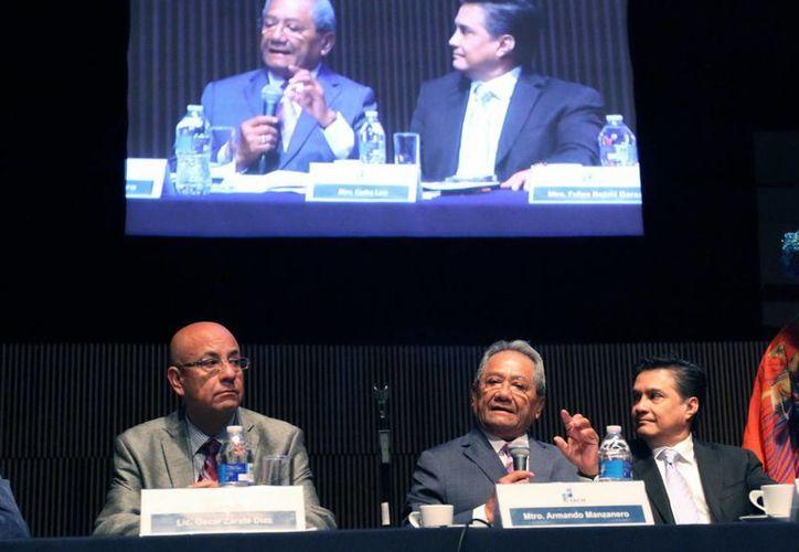 La Sociedad de Autores y Compositores de México tuvo un  superávit histórico del 18.6 % en el primer trimestre del año, dio a conocer Armando Manzanero, quien aparece a la derecha. (Notimex)