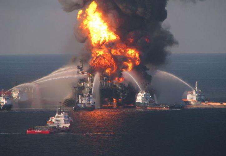 La plataforma Deepwater Horizon, ubicada a 80 km de la costa de Luisiana, se hundió tras la explosión ocurrida el 20 de abril de 2010. (Agencias)
