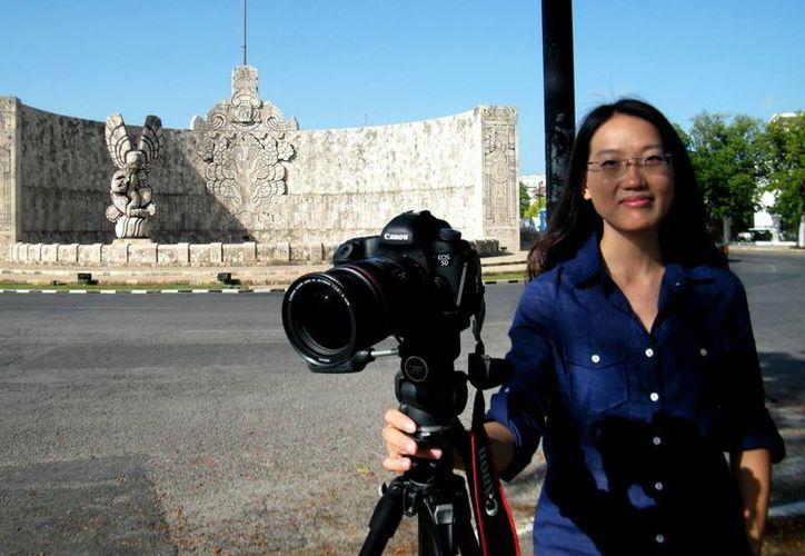 La fotógrafa Ivy Feng retrató ayer edificios del Paseo de Montejo. (Cecilia Ricárdez/SIPSE)
