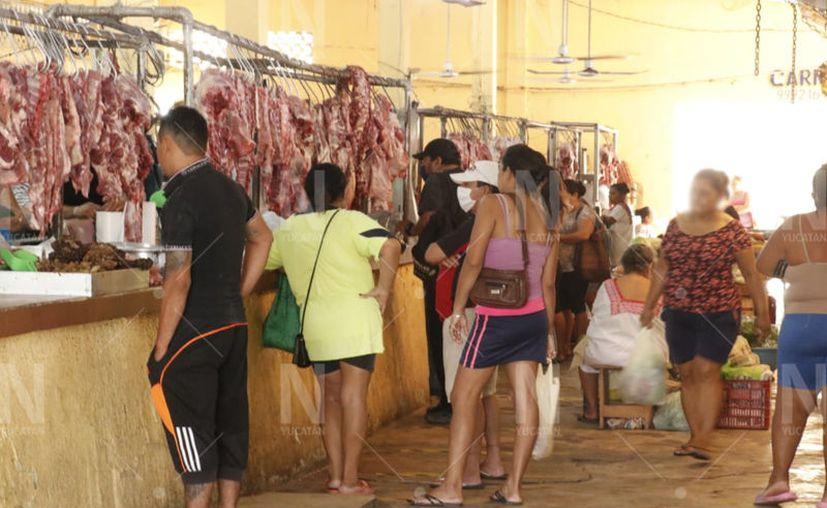 Busca evitar aglomeraciones en el mercado municipal los próximos domingos. (José Acosta/Novedades Yucatán)