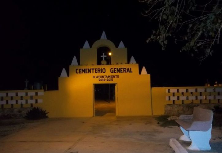 Fachada del panteón de Teya, donde han visto entrar al 'vaquero fantasma'. (Jorge Moreno/SIPSE)