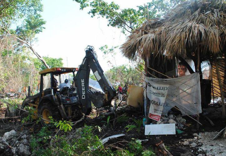 Una maquinaria derribó las casitas hechas con madera. (Eric Galindo/SIPSE)