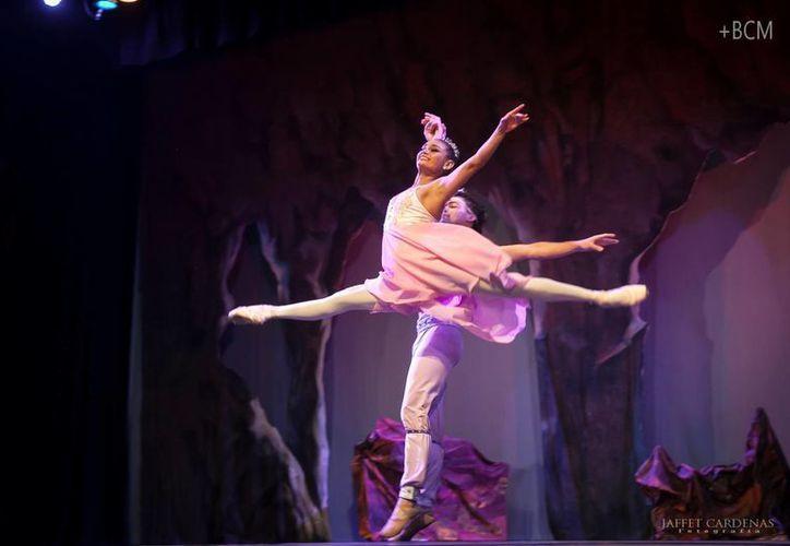 En 'El Corsario' participan 25 bailarines. (Amilcar Rodríguez/Milenio Novedades)
