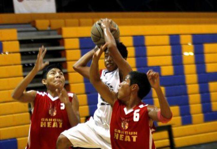 Como nueva quedó la duela de la cancha principal del gimnasio KuchilBaxal.  (Francisco Gálvez/SIPSE)