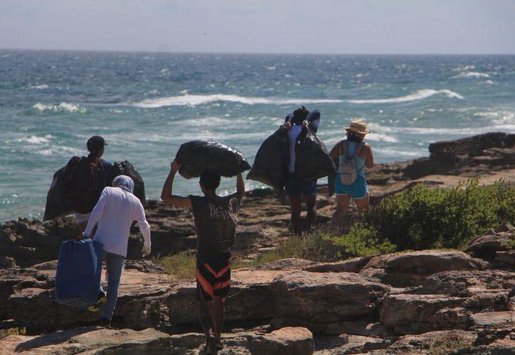 Pese a que la isla no está habitada la basura proveniente de las zonas cercanas llega a parar a las costas. (Paola Chiomante/SIPSE)