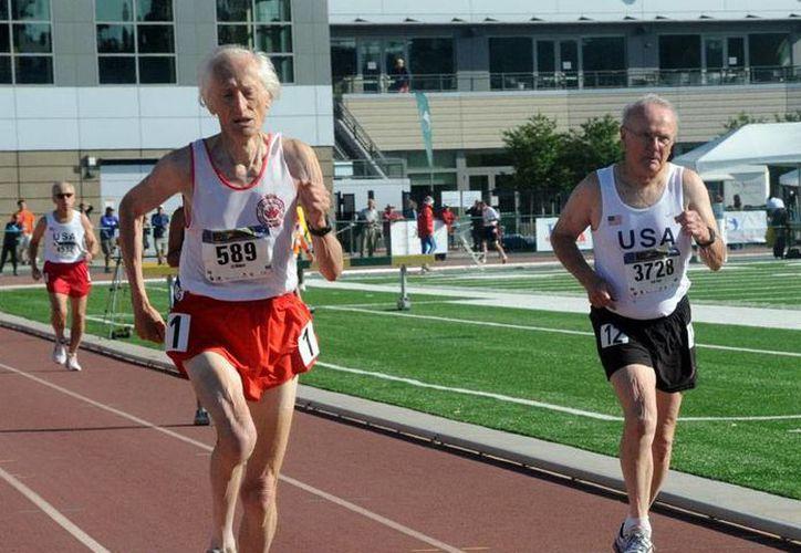 Ed Whitlock, maratonista octogenario, destrozó el récord anterior de la Maratón de Toronto para alguien de su edad. (masterstrack.com)