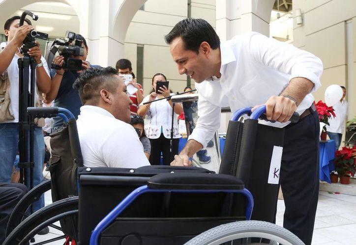 El alcalde de Mérida, Mauricio Vila, durante la entrega de aparatos ortopédicos del DIF Municipal a personas en situación vulnerable. (Foto cortesía del Gobierno)