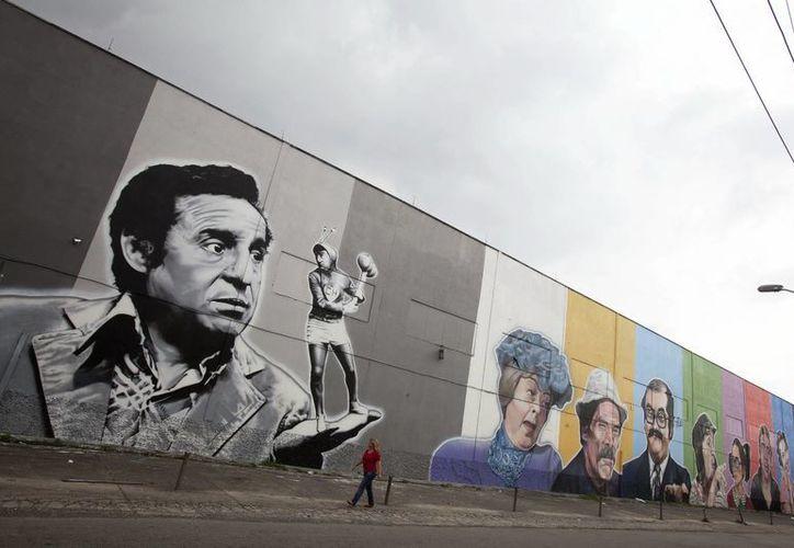 """Vista de un gran mural que homenajea los personajes que acompañaron o que fueron interpretados por el humorista mexicano Roberto Gómez Bolaños, """"Chespirito"""", en Sao Paulo. (EFE)"""