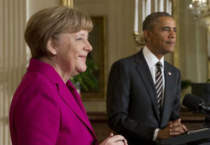 La canciller alemana Ángela Merkel y el presidente de EU, Barack Obama, hablan en conferencia de prensa este lunes 9 de febrero de 2015, sobre el conflicto Rusia-Ucrania. (AP)