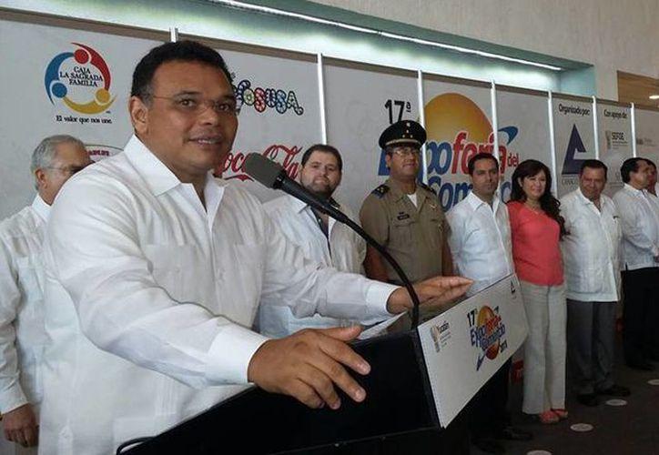 Imagen de la inauguración de la Expo Feria DelComercio2015 con la presencia de autoridades federales, estatales y municipales. (Facebook de  Canaco Mérida)