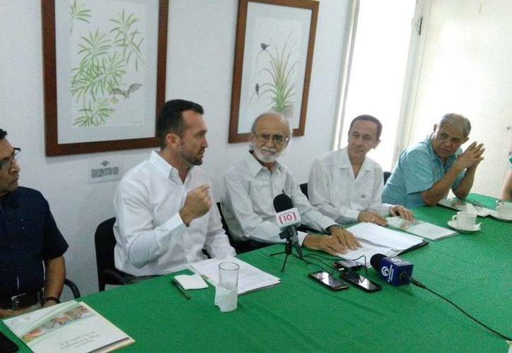 Imagen del director de la Comey Yucatan, Clemente Escalante, al expresar su mensaje por la realización de un convenio con la Fundación Plan Estratégico de Yucatán. (@ComeyYucatan)