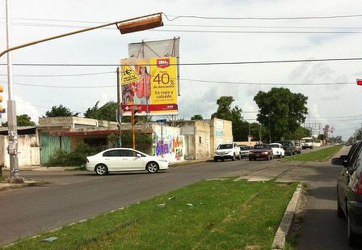 En Circuito Colonias Oriente, de la ciudad de Mérida, aún quedan partes de las vías del tren que circulaba por ahí hace unos años. (Jorge Moreno/SIPSE)