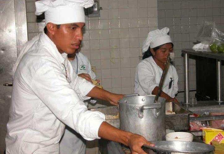 Los profesionistas preparados por las instituciones en Felipe Carrillo Puerto tienen oportunidad de trabajo en la industria turística. (Manuel Salazar/SIPSE)