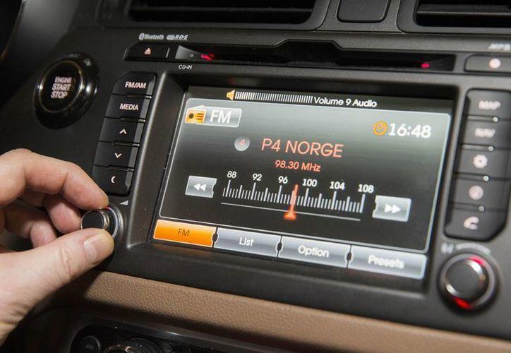 Un conductor ajusta una radio FM en un automóvil en Oslo. Desde el miércoles, Noruega se convirtió en el primer país del mundo en eliminar las señales analógicas a favor de la difusión de audio digital, o DAB. (Berit Roald / NTB Scanpix vía AP)