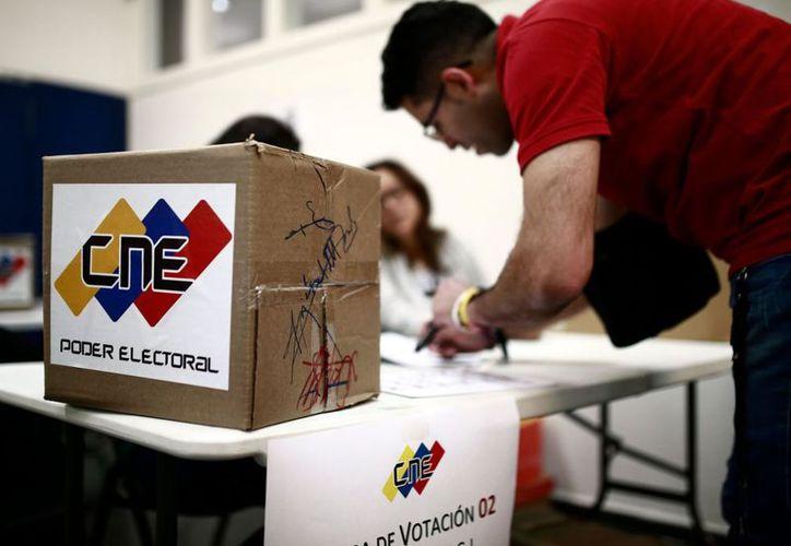 Los centros electorales iniciaron el proceso de apertura de la votación, que se extenderá por unas doce horas. (AFP)