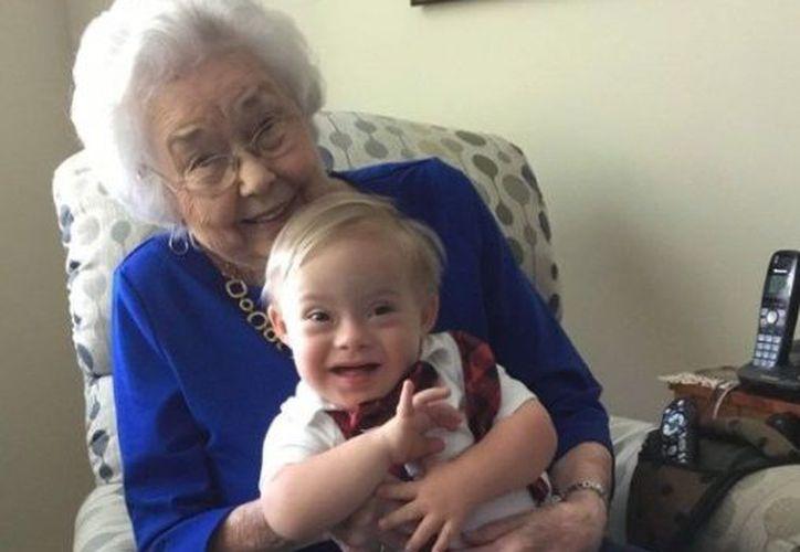 La foto de Ann cargando a Lucas se convirtió en una 'sensación' en redes sociales. (Twitter)