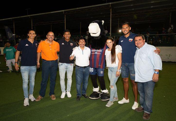 El candidato fue invitado por el Club Atlante para dar la patada inicial de la competencia. (Cortesía/SIPSE)