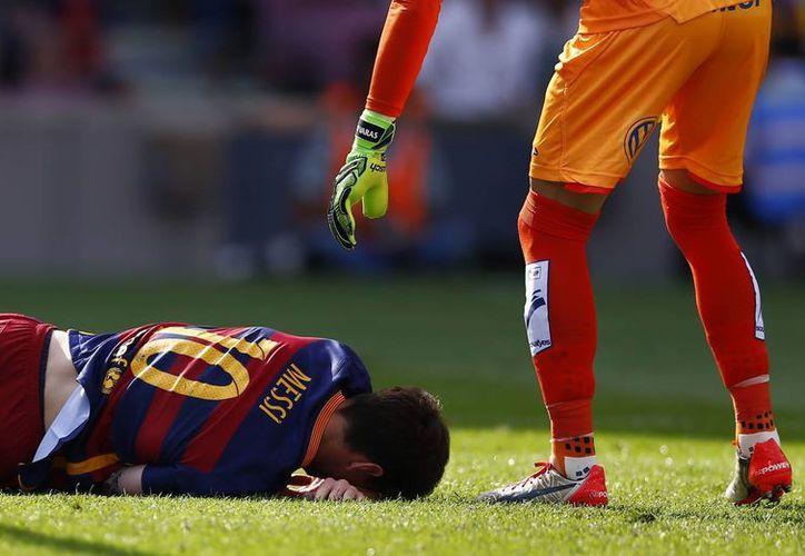 Messi se tiró al piso ante el dolor provocado por la lesión. (Agencias)