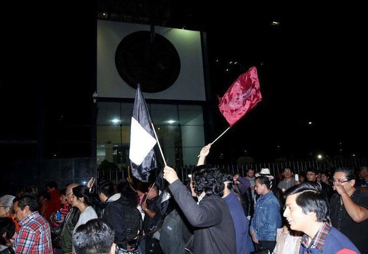 Los padres de estudiantes desaparecidos de Ayotzinapa descartaron 'meter' la mano en las elecciones de Guerrero, porque su movimiento es 'pacífico'. La imagen es de archivo y corresponde a una protesta frente las oficinas de la PGR, para exigir el esclarecimiento del caso. (NTX)