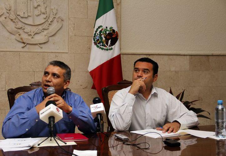 El alcalde Renán Barrera y Santiago Masa, subdirector de ingresos del Ayuntamiento, durante la presentación del sorteo. (Juan Albornoz/SIPSE)