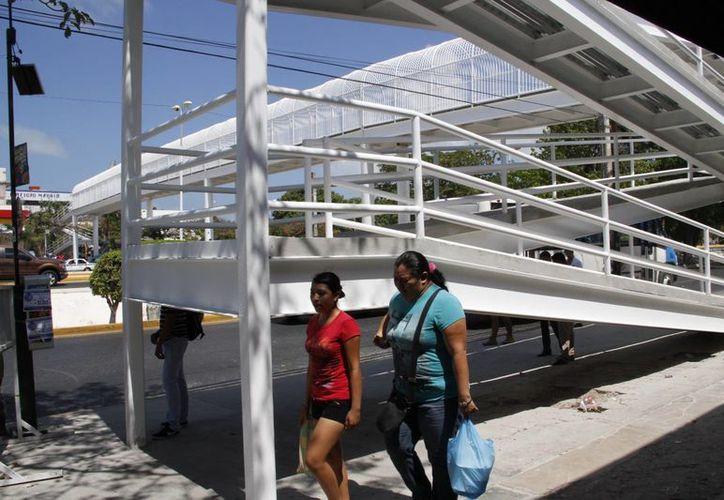El puente ubicado frente a la terminal de Autobuses de Oriente. (Tomás Álvarez/SIPSE)
