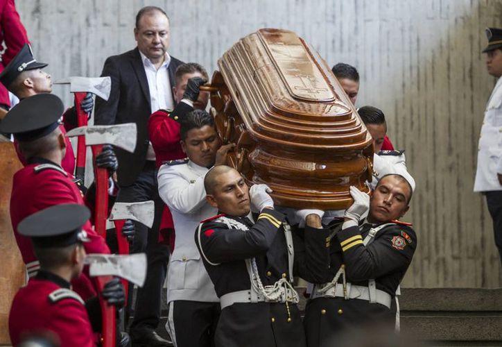 Miembros de las fuerzas militares fueron trasladan el ataúd con los restos del expresidente de Ecuador y exalcalde de Quito, Sixto Durán Ballén. (EFE)