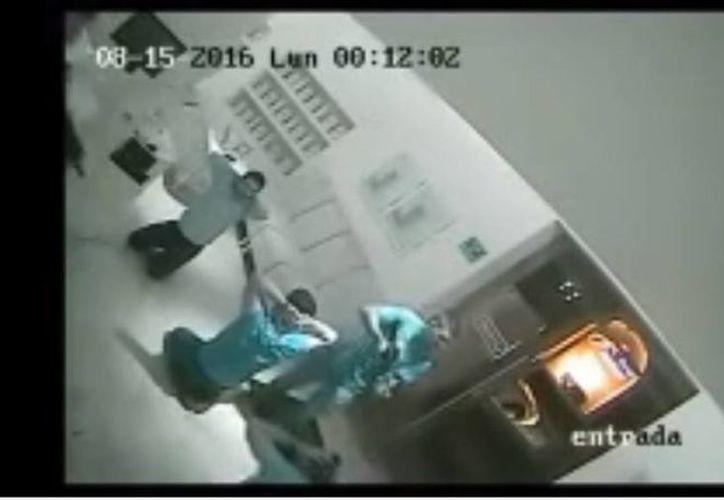 Captura de pantalla del video que muestra el momento en que Alfredo Guzmán Salazar es secuestrado por un grupo armado en Puerto Vallarta. (YouTube)