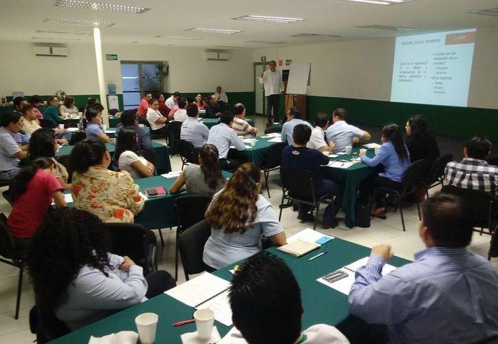 El Instituto Yucateco de Emprendedores llevó a cabo un curso para 50 personas para lograr, entre otros objetivos, satisfacer las necesidades de sus clientes. (Foto cortesía del Gobierno de Yucatán)