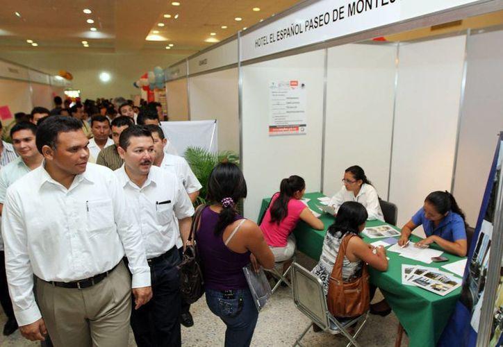 El gobernador Rolando Zapata Bello durante un recorrido en la feria del empleo 2012. (SIPSE/Archivo)