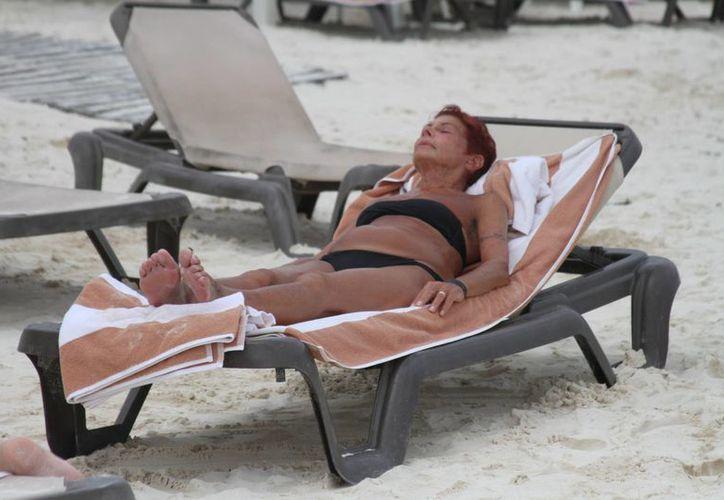 Los bañistas aprovecharon el día de ayer, que la salida del sol permitió hacer uso de los arenales playeros. (María Mauricio/SIPSE)