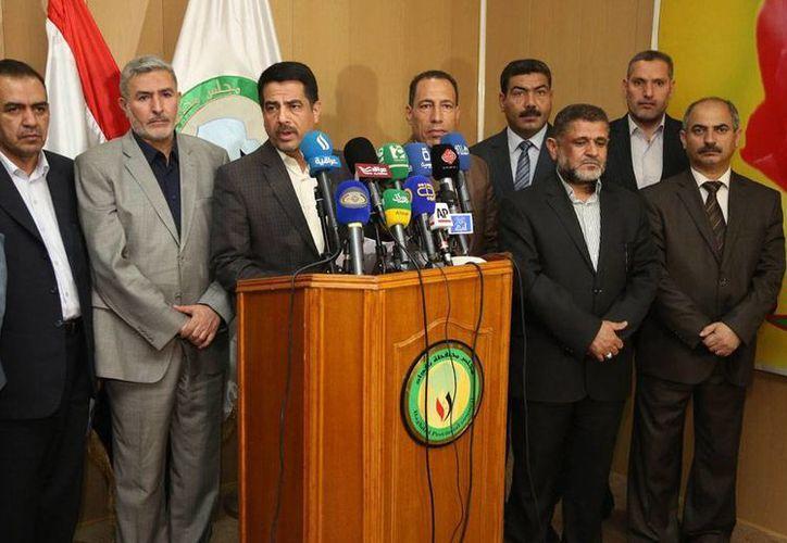 La captura de uno de los integrantes de los consejos provinciales de Bagdad propició una reunió urgente de todos los miembros. En la imagen, Falah al Qaisi habla en conferencia de prensa. (AP)